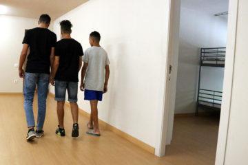 Tres menors migrants en un centre d'acollida de Badalona el 27 de setembre de 2018. Norma Vidal / ACN.