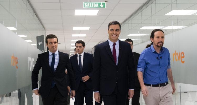 Pablo Casado, Pedro Sánchez, Albert Rivera i Pablo Iglesias caminant cap al plató del debat a quatre a RTVE, el 22 d'abril de 2019. Foto: David Mudarra / ACN