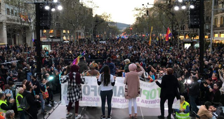 Pla general de la manifestació contra Vox i l'auge de l'extrema dreta després que hagi arribat a la cruïlla entre Passeig de Gràcia i Gran Via de les Corts Catalanes, dissabte 23 de març del 2019. Foto: Alan Ruiz Terol / ACN