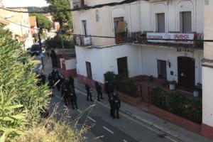 Pla general dels agents a l'exterior de la Casa Buenos Aires. Foto: Cedida a l'ACN pels ocupants de la Buenos Aires / ACN
