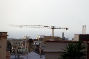 Vista des d'un terrat de Barcelona amb una grua de la construcció treballant a l'Eixample (26/09/2018). Foto: Júlia Pérez / ACN.