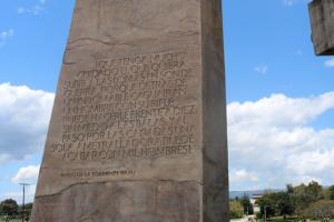Frase de Pablo de la Torriente Brau a un monument a Guantánamo, Cuba. Foto: Wikimedia Commons