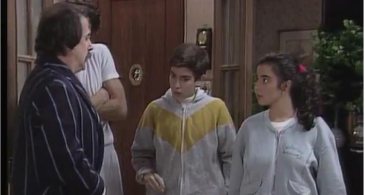 Un capítol de la sèrie 'Poblenou' de TV3 en què el personatge de l'Antonio anuncia que els ha tocat la loteria. Imatge: CCMA.