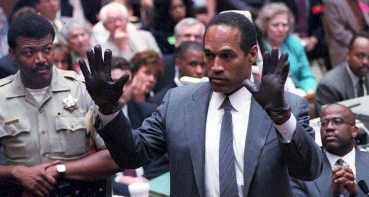 La imatge de Simpson durant el judici, amb els palmells de les mans oberts, portant uns guants negres que havien estat trobats al lloc del crim, va quedar gravada a la retina dels teleespectadors.