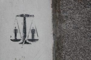 Graffitti amb unes balances, símbol de la justícia, en una paret de Madrid. Foto: Olga Berrios.