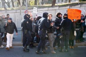 Edu León empès per un policia. Foto: Santi Carneri