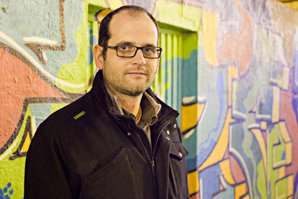 """Xavi Ginés, autor de """"Comunicant la revolta. Moviments socials i mitjans de comunicació al País Valencià""""."""