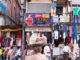 Venda de roba a un carrer de Varanasi, a l'Índia, l'any 2016. Foto: Riccardo Romano.