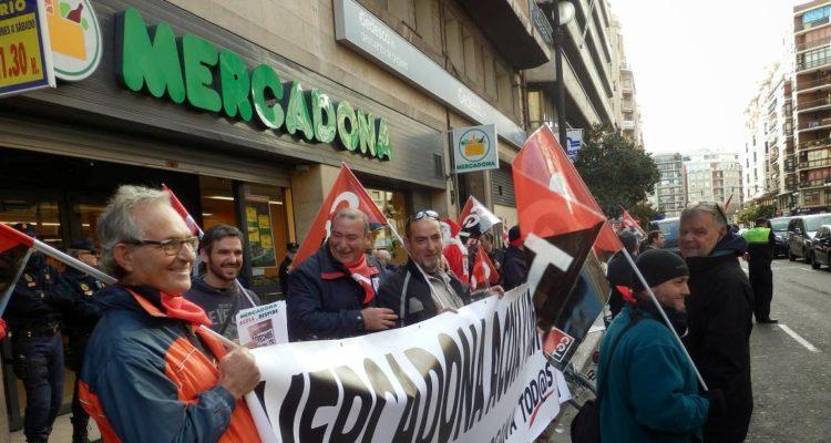 Protesta de la CGT davant d'una botiga de Mercadona a València, el desembre de 2013. Foto: CGT.