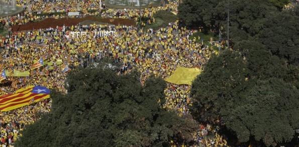 Què va passar a la plaça Catalunya? Les visions d'El País i El Punt Avui