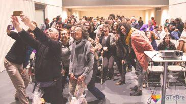 Jordi Trilla es fa un 'selfie' en la presentació de l'associació LGTeBre a Tortosa. Foto: Cinta Segarra