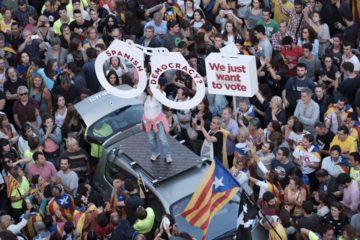 Manifestants protesten per l'ofensiva estatal contra el referèndum.
