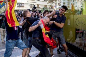 Ultres i neonazis atonyinen manifestants i agredeixen dos periodistes a València el 9 d'octubre de 2017.
