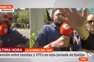 Un equip del programa 'Espejo Público', agredit en una protesta de taxistes, el juny de 2017 a Barcelona. Imatge: Atresmedia.