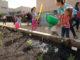 Infants i famílies participen a la iniciativa 'Patis oberts' a diverses escoles. Foto: Ajuntament de Sant Boi de Llobregat.