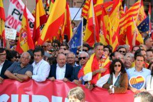 José Borrell (PSOE), Xavier Garcia-Albiol (PP) i Albert Rivera (Ciutadans), entre d'altres representants polítics, a la manifestació de Societat Civil Catalana a Barcelona el 8 d'octubre de 2017. Foto: ACN / Jordi Bataller.