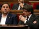 El president de la Generalitat, Carles Puigdemont, parla amb el vicepresident, Oriol Junqueras, al Parlament, el 26 d'octubre del 2017. Foto: Pere Francesch / ACN