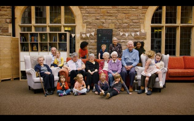 """""""Old's people home for 4 years old"""" posa a conviure gent gran i nens."""