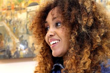 La periodista Lucía Mbomío, durant l'entrevista al Col·legi de Periodistes. Foto: Ignasi Renom.