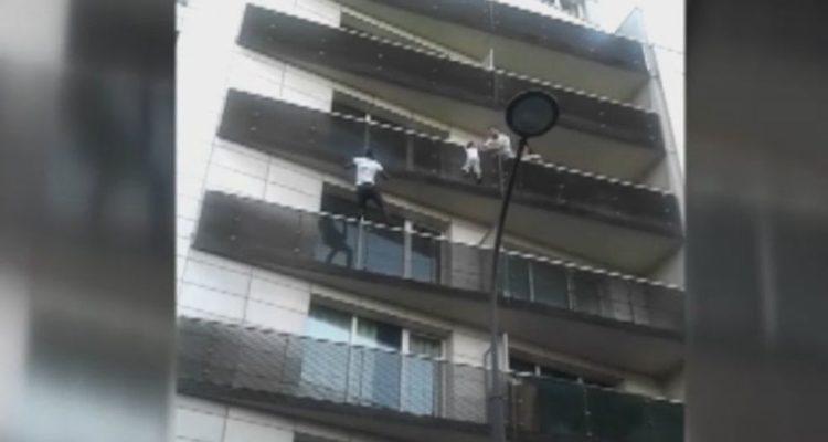 Mamadou Gassama salva un nen penjat d'un balcó a París.
