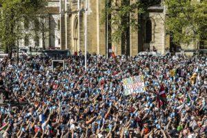 Unes 20.000 persones van acompanyar els artesans de la pau el 8 d'abril de 2018 a la plaça Paul Bert de Baiona, en el desarmament d'ETA. Foto: Ekinlink.