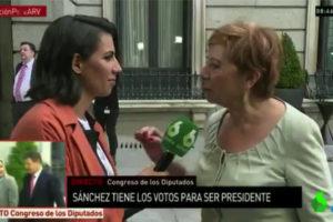 Enganxada entre Celia Villalobos, del PP, i la periodista Ana Pastor a la sortida del Congrés dels Diputats Espanyol.