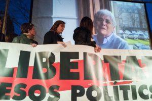"""Imatge de Clara Ponsatí a l'acte """"5 mesos sense vosaltres"""", el 16 de març de 2018 a Barcelona. Foto: Òmnium Cultural / Viquipèdia."""