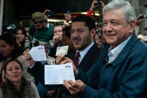 """Andrés Manuel López Obrador """"AMLO"""" en un acte del Moviment de Regeneració Nacional (MORENA), l'any 2013 a Ciutat de Mèxic. Foto: Eneas de Troya / Wikimedia Commons."""