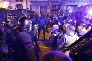 Diversos reporters van rebre cops de porra dels Mossos en la concentració a Barcelona contra l'empresonament dels líders independentistes, el 23 de març. Foto: Aleix Freixas / ACN
