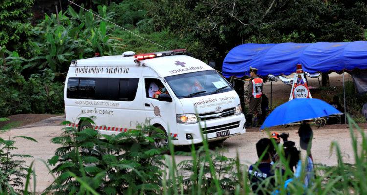 Una ambulància surt del complex de la cova de Tham Luang, a Tailàndia, el 10 de juliol del 2018. Foto: REUTERS/Soe Zeya Tun