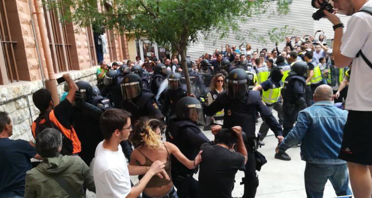 Càrregues a l'Institut Tarragona, l'1 d'octubre de 2017. Foto: ACN.