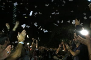Membres de les meses fan volar paperetes del referèndum a l'EOI Drassanes de Barcelona, l'1 d'octubre de 2017. Foto: Pol Solà / ACN.