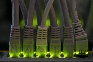 Cables de connexió a internet. Foto: Reuters / ACN.