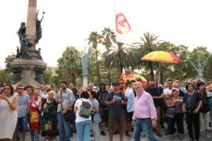 Manifestants a la concentració de Ciutadans a la Ciutadella on va ser agredit un càmera de Telemadrid, el 29 d'agost de 2018. Foto: ACN / Bernat Vilaró