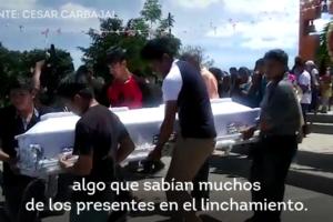 Dos homes víctimes d'un linxament originat per rumors falsos a les xarxes socials són enterrats a Mèxic. Imatge: AJ+