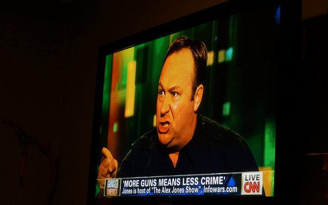 El conspiracionista d'ultradreta estatunidenc Alex Jones, a la CNN l'any 2013. Foto: Tyler Marbler / Flickr.