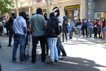 Agents de policia de paisà davant la seu de la CUP, el 20 de setembre de 2017. Foto: ACN / Andrea Zamorano