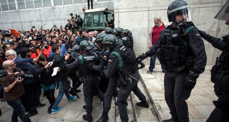 Càrregues de la Guàrdia Civil al col·legi electoral de Sant Julià de Ramis, davant el testimoni de periodistes i reporters gràfics, l'1 d'octubre de 2017. Foto: ACN / Carles Palacio.