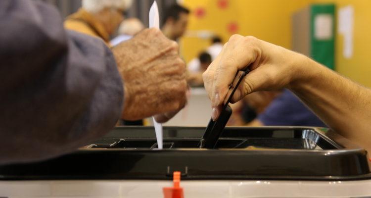 Una papereta entrant dins l'urna al col·legi electoral de l'escola Teresa Miquel i Pàmies de Reus, al referèndum d'independència de l'1 d'octubre de 2017. Foto: Jordi Marsal / ACN