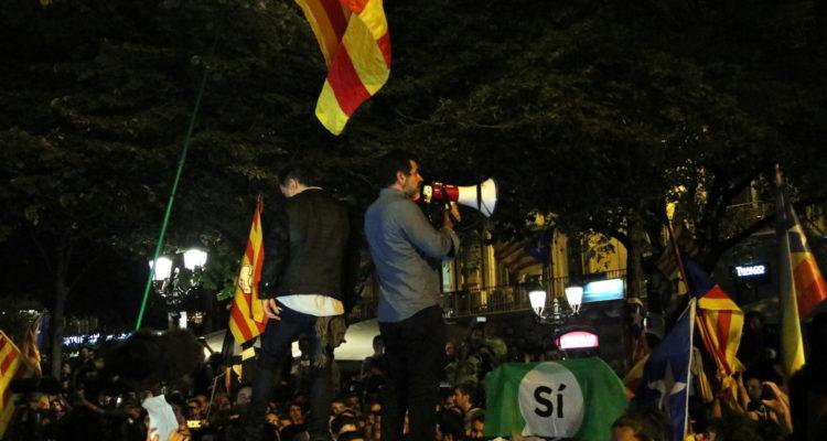 Cuixart i Sànchez, dirigint-se als manifestants des de sobre d'un cotxe de la Guàrdia Civil, la nit del 20 de setembre de 2017. Foto: ACN / Àlex Recolons.