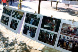 Fotos penjades al pati de l'escola Ramon Llull sobre l'1-O, un any després del referèndum. Foto: ACN / Pol Solà.