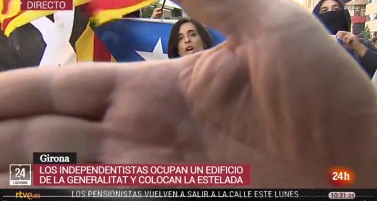 Manifestants independentistes criden i tapen la càmera durant una connexió de TVE a Girona, l'1 d'octubre de 2018. Foto: Twitter Canal 24 horas