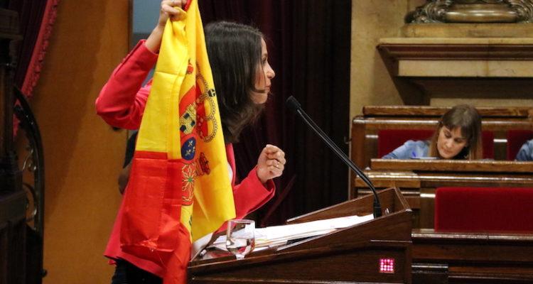 Arrimadas mostra una bandera espanyola al faristol del Parlament, el 3 d'octubre de 2018. Foto: ACN / Núria Julià.