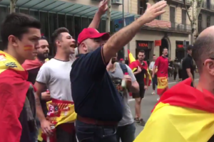 Manifestants espanyolistes increpen l'equip de TV3 durant la concentració del 12 d'octubre de 2018 a Barcelona. Imatge: captura del vídeo de Lorena Moreno a Twitter.