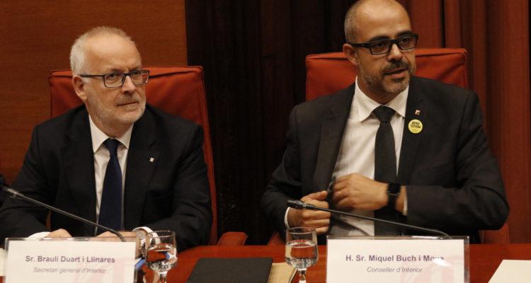 El conseller d'Interior, Miquel Buch (dreta), va donar explicacions dels dispositius policials del 29 de setembre i l'1 d'octubre a la comissió d'Interior al Parlament. Foto: Guillem Roset / ACN.