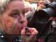 Una manifestant increpa periodistes que cobrien la manifestació del 9 d'octubre de 2018 a València. Imatge: captura d'un vídeo de Miquel Ramos a Twitter.