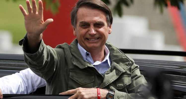 El llavors candidat a la presidència del Brasil Jair Bolsonaro, a la sortida del col·legi electoral durant les eleccions del 28 d'octubre de 2018. Foto: Pilar Olivares / Reuters.