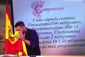"""L'humorista Dani Mateo es moca amb una bandera d'Espanya al programa """"El Intermedio"""" de LaSexta."""