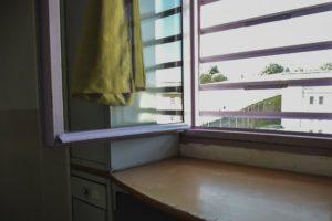 Finestra d'una cel·la del mòdul d'aïllament de la presó de Brians I. Foto: Sònia Calvó.