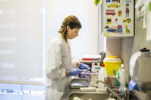 Infermera pediàtrica del CIS Cotxeres prepara els materials per administrar una vacuna. Foto: Ariadna Creus i Àngel García / Banc d'Imatges Infermeres